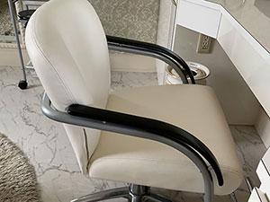 結婚式場の衣裳室の椅子張替